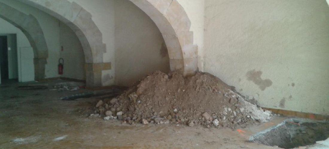 Réhabilitation d'un bâtiment : fouille de reconnaissance de fondation à la minipelle (Tarn)
